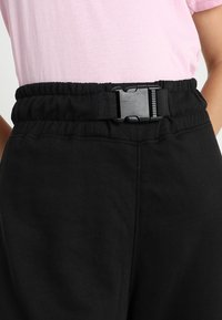 Missguided - SEAT BELT CARGO TROUSER - Reisitaskuhousut - black - 3