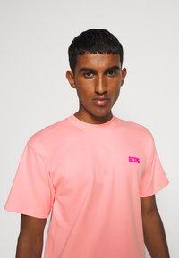 GCDS - BASIC TEE - Basic T-shirt - pink - 4