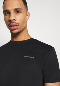 Endurance - VERNON PERFORMANCE TEE - T-shirt basique - black - 3