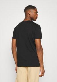 Tommy Hilfiger - LOGO BOX STRIPE TEE - T-shirt z nadrukiem - black - 2