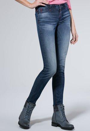 MIT USED-OPTIK UND FARBIGEN STEPPNÄHTEN HE:DI - Slim fit jeans - dark blue vintage