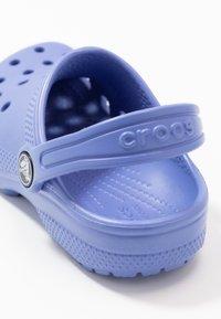 Crocs - CLASSIC - Sandały kąpielowe - lapis - 2