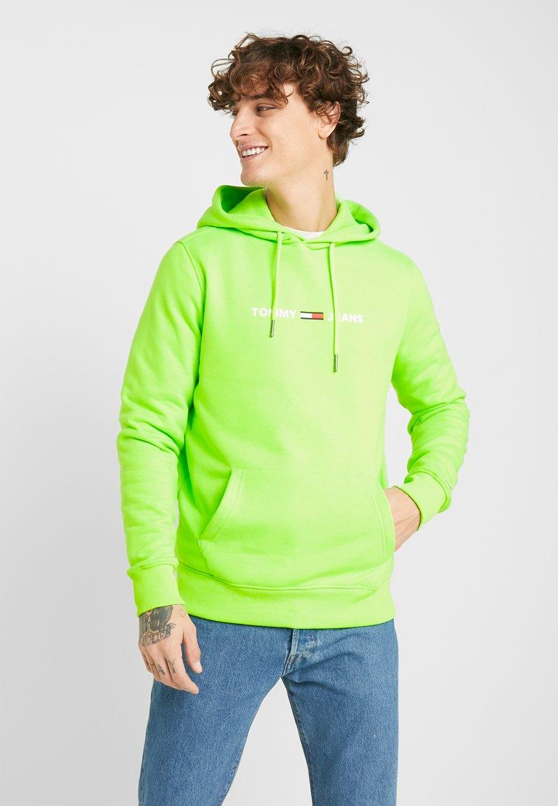 Tommy Jeans - NEON SMALL LOGO HOODIE - Felpa con cappuccio - green geco
