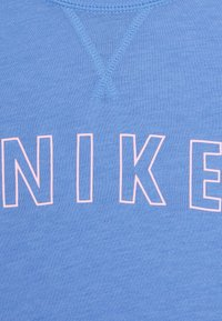 Nike Performance - DRY TROPHY - T-shirt print - royal pulse/pink - 2
