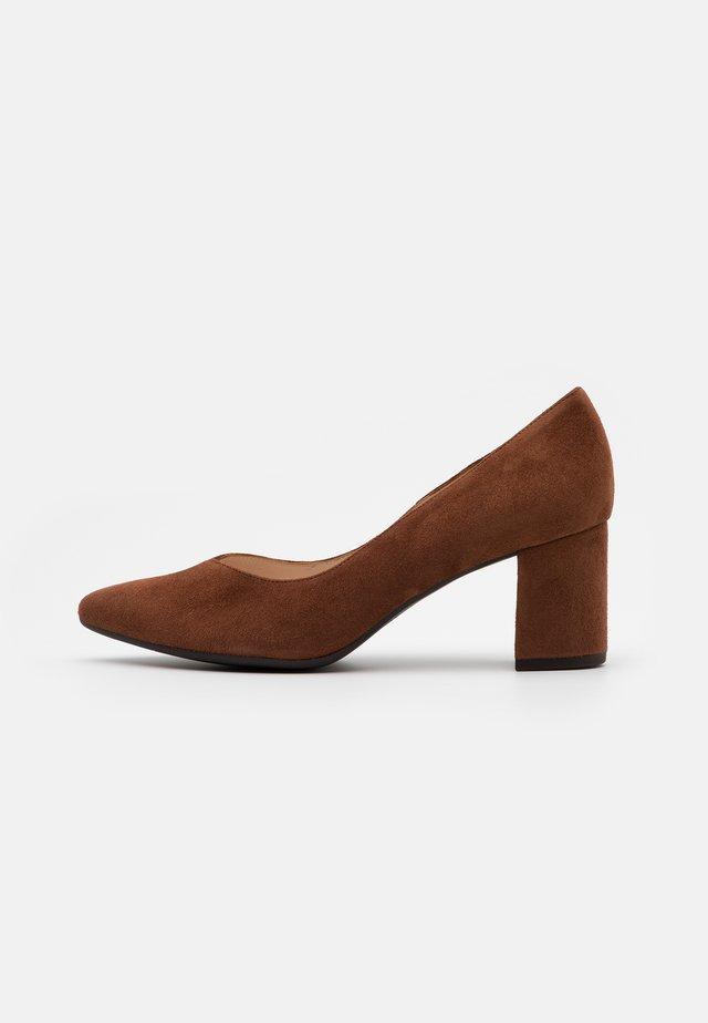 NERA - Classic heels - cognac
