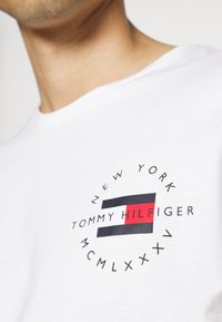 Tommy Hilfiger - CIRCLE CHEST TEE - T-shirt med print - white - 6