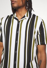 Only & Sons - ONSWAYNI STRIPED - Chemise - pesto - 4