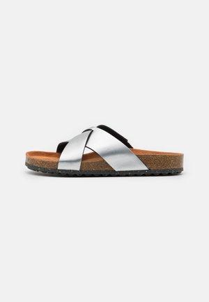Sandalias planas - metallic
