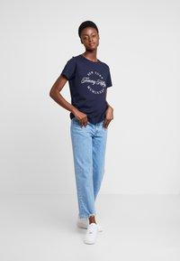 Tommy Hilfiger - NECK TEE - T-shirt imprimé - blue - 1