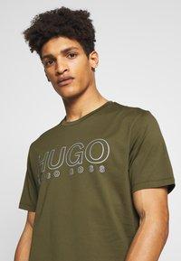 HUGO - DOLIVE - T-shirts print - khaki - 3