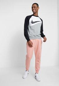 Nike Sportswear - CREW - Sweatshirts - grey heather/white/black - 1