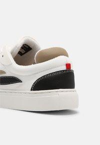 Genesis - G-SOLEY UNISEX - Sneakers basse - white/khaki/black - 6