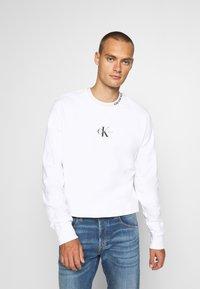 Calvin Klein Jeans - CENTER MONOGRAM CREW NECK - Felpa - bright white - 0