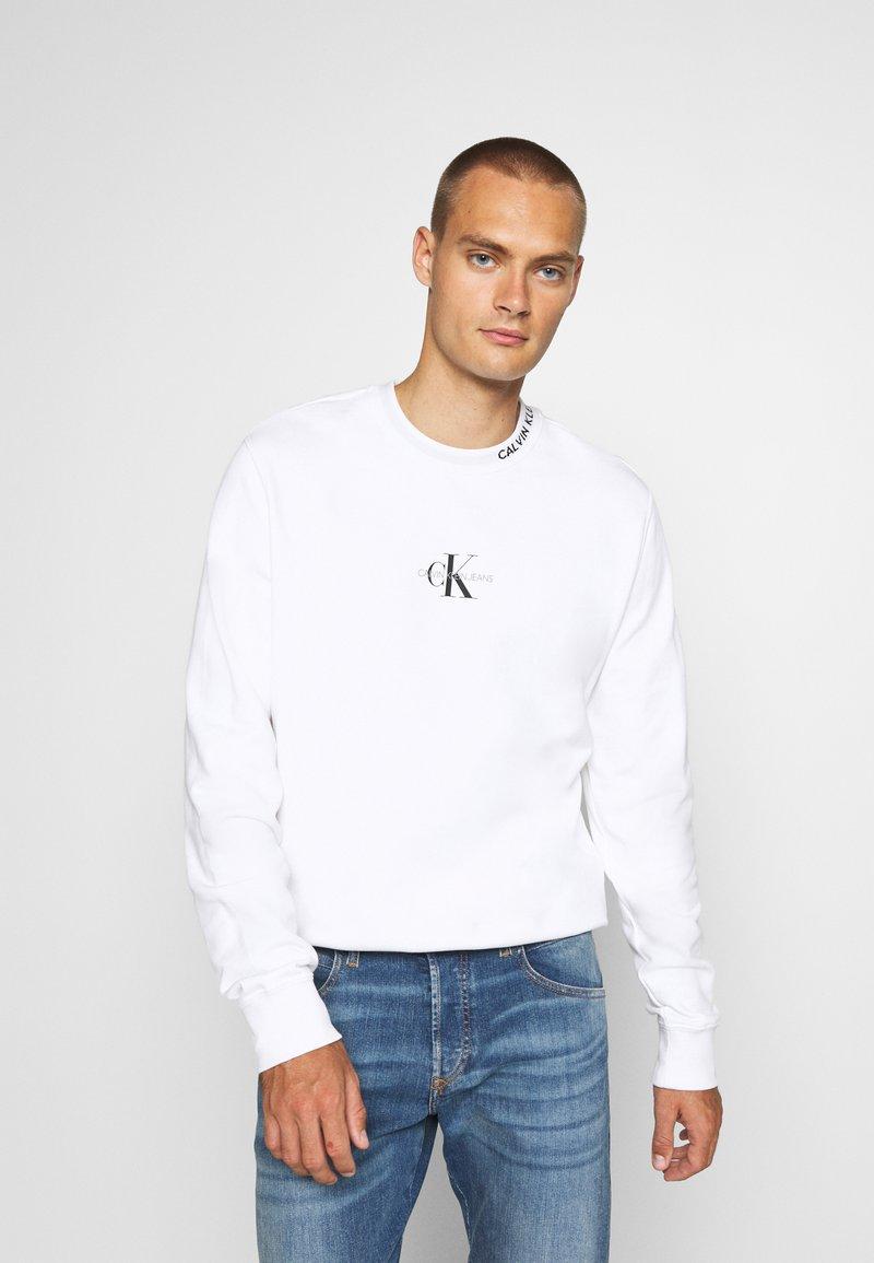 Calvin Klein Jeans - CENTER MONOGRAM CREW NECK - Felpa - bright white