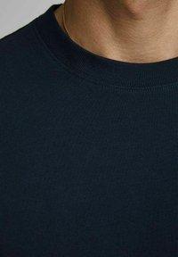 Royal Denim Division by Jack & Jones - JJ-RDD CREW NECK - T-shirt basic - navy blazer 2 - 4