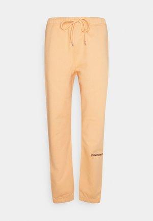 LOGO PANTS UNISEX - Broek - pantone apricot
