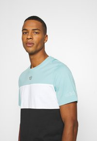 adidas Originals - PANEL TEE - Camiseta estampada - blue - 3