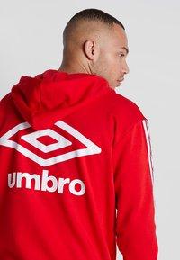Umbro - TAPED ZIP THRU HOODIE - Zip-up hoodie - goji berry - 5