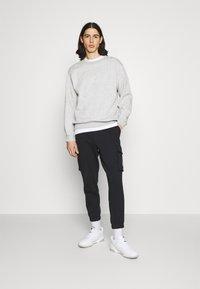 Calvin Klein Jeans - BADGE PANT - Reisitaskuhousut - ck black - 1