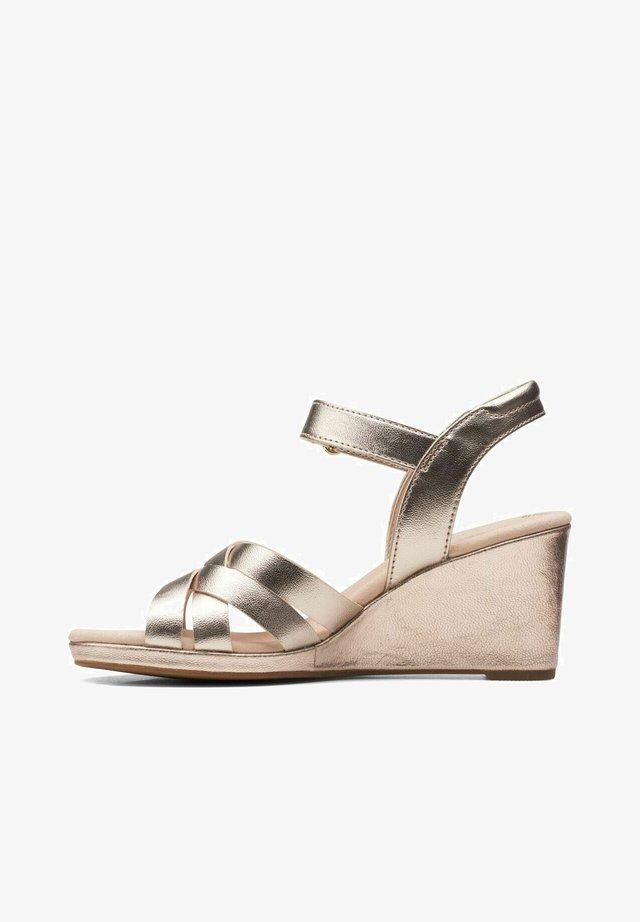 LEAH - Sandalen met sleehak - metallic