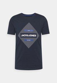 Jack & Jones - JCOROJAR TEE - T-shirt med print - navy blazer - 0