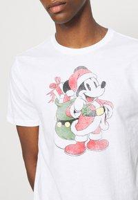 GAP - SANTA MICKEY - Print T-shirt - white global - 5