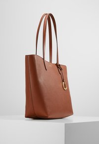 Lauren Ralph Lauren - VEGAN TOP ZIP TOTE - Håndtasker - tan/orange - 3