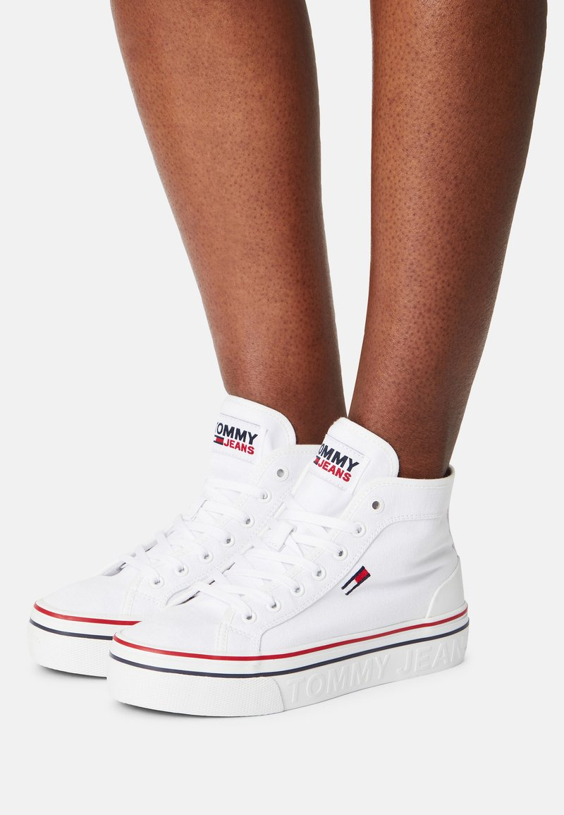 Tommy Jeans - MID FLATFORM VULC - Sneakers alte - white