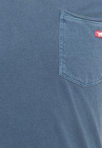 Mustang - WASHED V NECK - T-shirt - bas - ensigne blue - 2