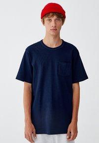 PULL&BEAR - MIT BRUSTTASCHE - T-shirt - bas - dark blue - 0