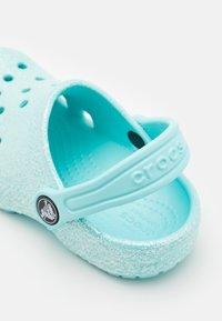 Crocs - CLASSIC GLITTER - Sandały kąpielowe - ice blue - 5