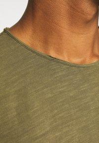 Jack & Jones PREMIUM - JJEASHER TEE O-NECK NOOS - Basic T-shirt - olive night - 4