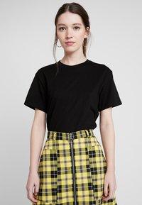 Weekday - ALANIS - Basic T-shirt - black - 0