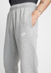 Nike Sportswear - CLUB - Pantaloni sportivi - dark grey heather/matte silver/white