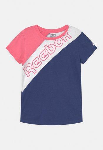 DIAGONAL TEE - Print T-shirt - coral