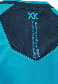 Hummel - HMLACTION POLY JERSEY S/S KIDS - Print T-shirt - atomic blue/black iris - 9