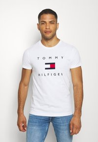 Tommy Hilfiger - FLAG TEE - T-shirt con stampa - white - 0