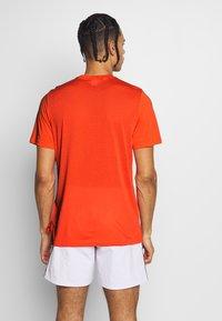Reebok - SPEEDWICK SPORT SHORT SLEEVE GRAPHIC TEE - Triko spotiskem - orange - 2