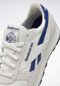 Reebok Classic - UNISEX - Trainers - chalk/deep cobalt f17-r/black - 9