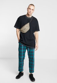 Urban Classics - HEAVY OVERSIZED CONTRAST STITCH TEE - Basic T-shirt - black - 1