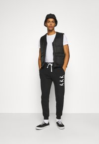 Hollister Co. - ICONIC PRINT JOGGER - Tracksuit bottoms - black stack gull - 1