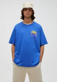 PULL&BEAR - Print T-shirt - mottled royal blue - 0