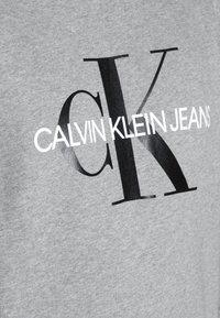 Calvin Klein Jeans - ICONIC MONOGRAM CREWNECK - Sweatshirt - mid heather grey - 4