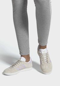 adidas Originals - GAZELLE SHOES - Trainers - brown - 0