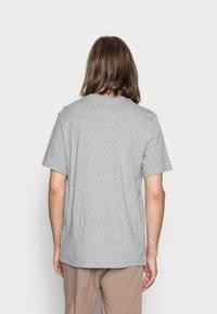 Nike Sportswear - TEE ICON FUTURA - Camiseta estampada - dark grey heather/black/white - 2