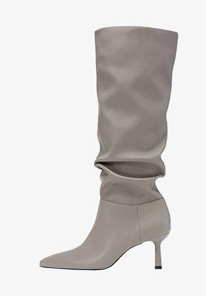 IN KNITTEROPTIK - Boots - grey