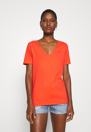 CLASSIC  - T-shirts - bright vermillion