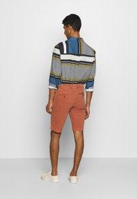 Baldessarini - JOERG - Shorts - metallic red - 2