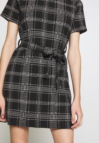 New Look Petite - CHECK BELTED TUNIC - Jumper dress - black - 4