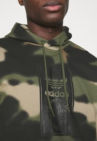 adidas Originals - CAMO HOODIE - Sweat à capuche - wild pine/multicolor/black - 4